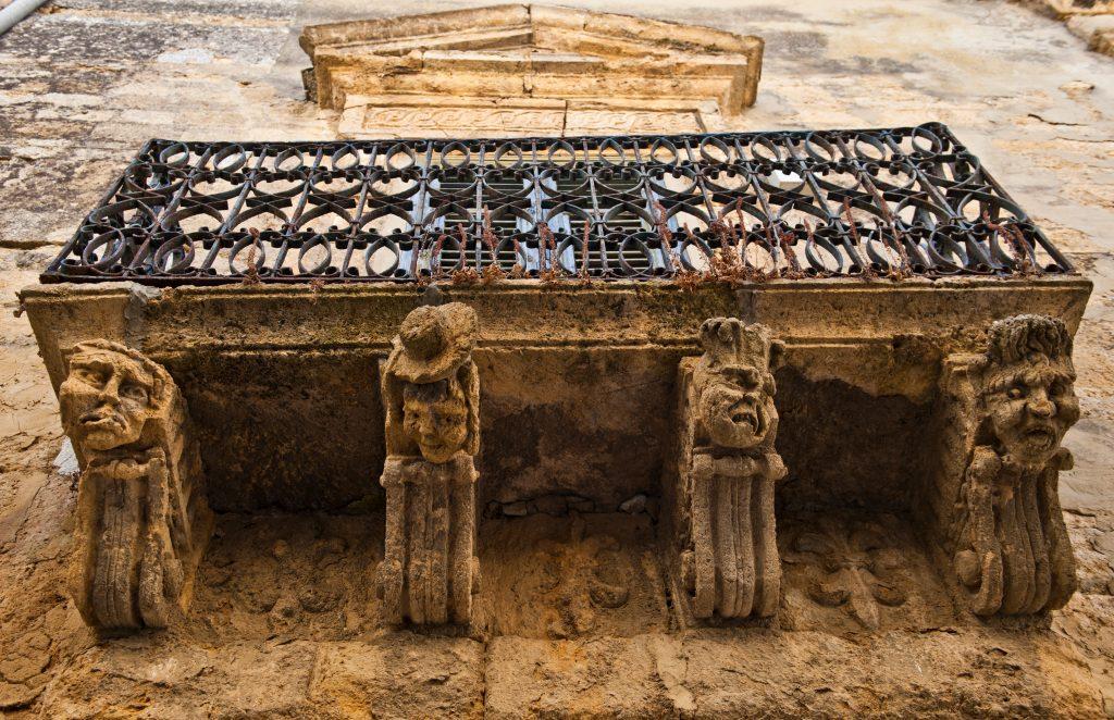 Naro, Gattoni di un balcone barocco - foto di Alberto Ferraro