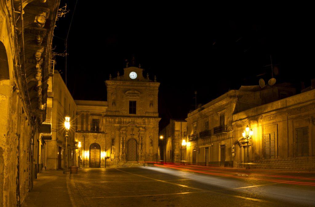 Naro, Piazza del Municipio e sullo sfondo la Chiesa di S. Francesco - foto di Alberto Ferraro