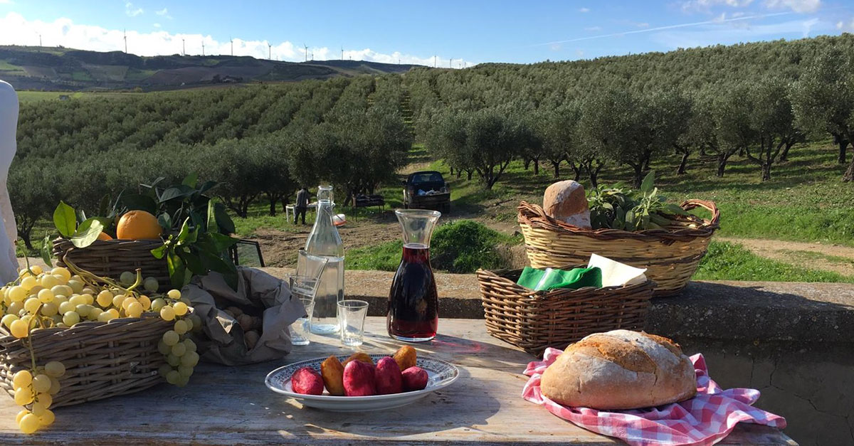 tavola imbandita con prodotti tipici siciliani