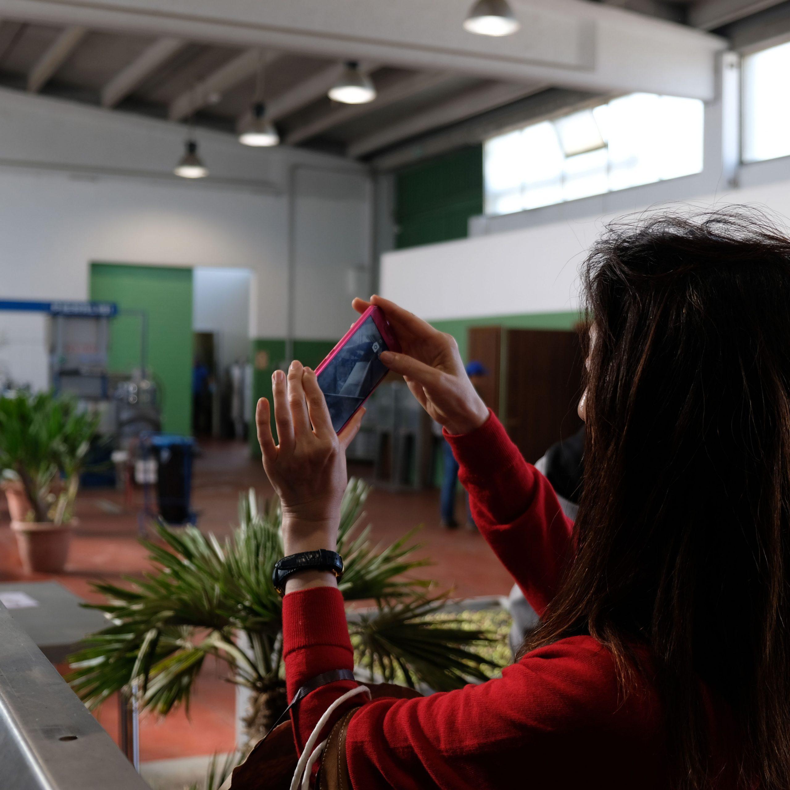 donna fotografa con il cellulare produzione Val Paradiso